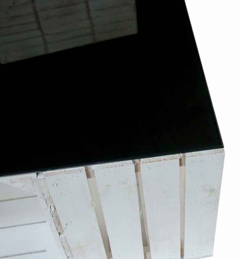 Tisch aus Apfelkisten in Shabby Chic mit schwarzer Glasplatte