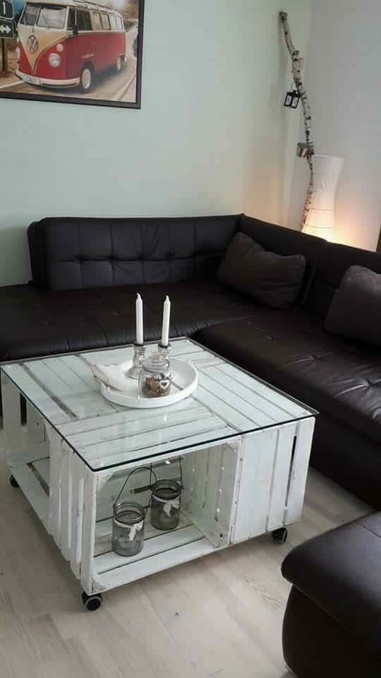 weißer Tisch aus Holzkisten