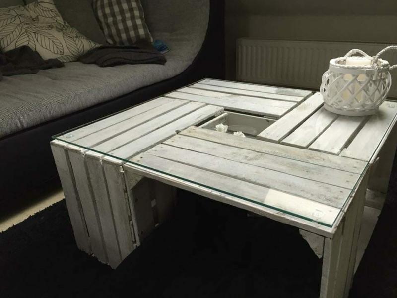 weißer Tisch aus Apfelkisten mit Glasplatte