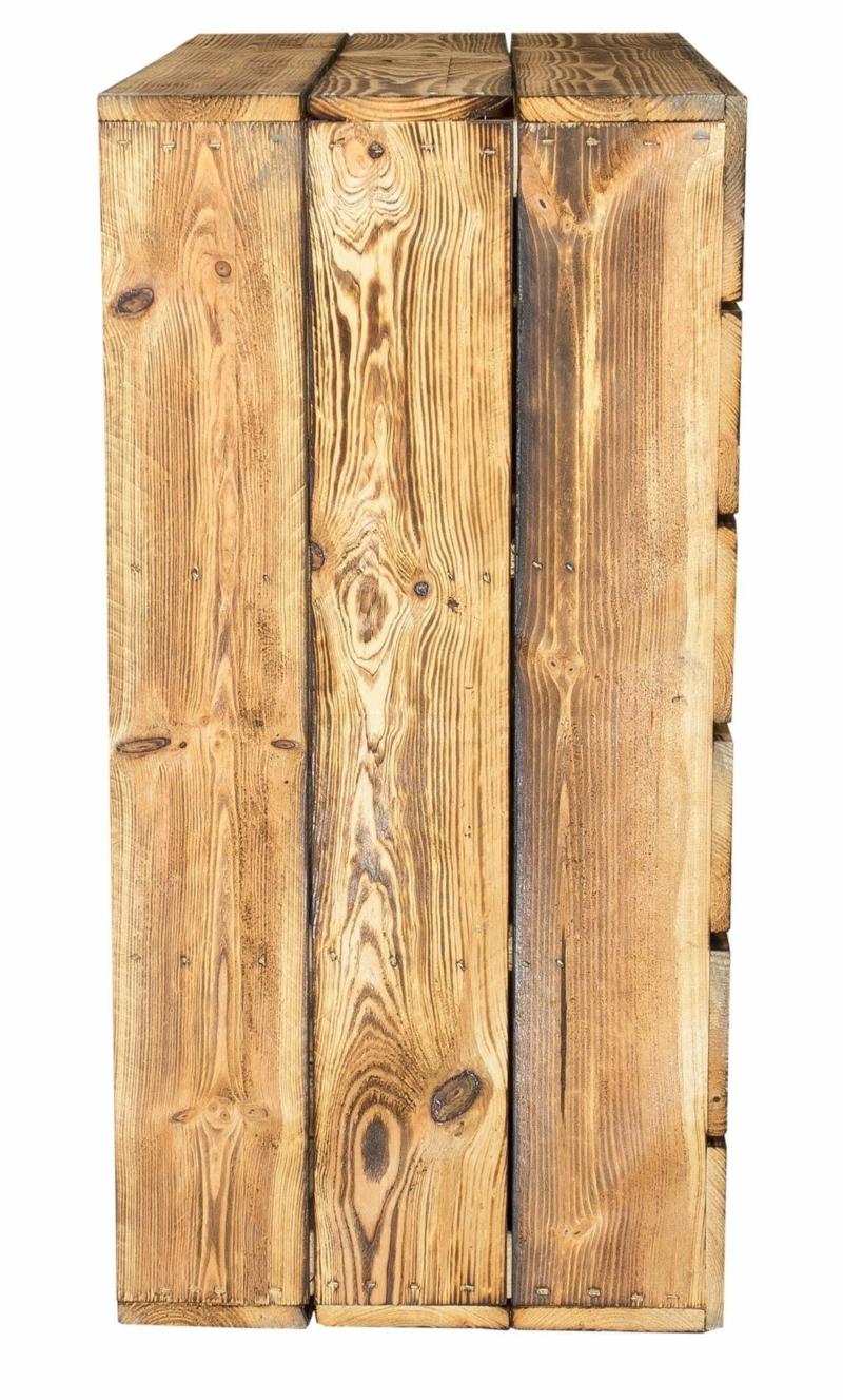 Geflammtes Regal aus Holzkisten