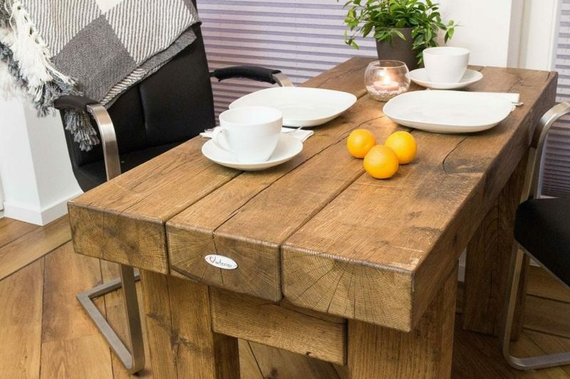 Massiver Tisch aus Eichenholz