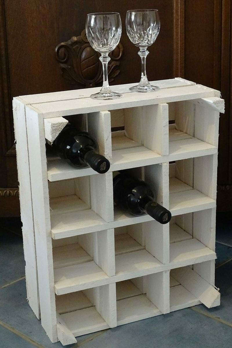 Flaschenregal aus einer weißen Holzkiste