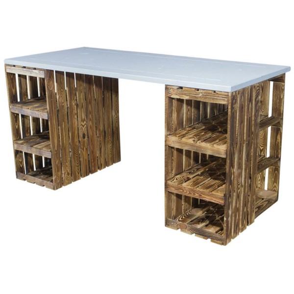 Schreibtisch mit geflammten Holzkisten