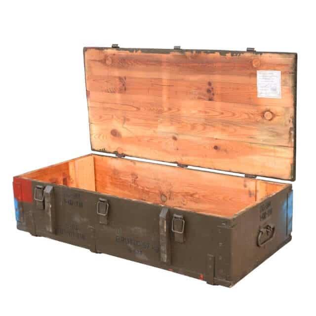 Holzkiste mit Metallklippverschlüssen