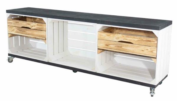 Holzkisten Regal in weiß mit Bohlenbretter in schwarz und Schubladen geflammt
